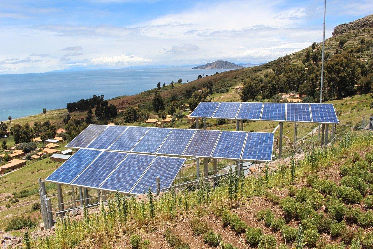 Usina de Energia Solar no campo. Imagem: Pixabay